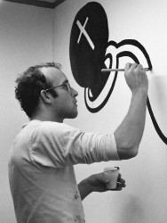 Keith Haring at work in the Stedelijk Museum in Amsterdam<small>&copy Wikimedia Commons / Author Unknown [CC BY 4.0]</small>