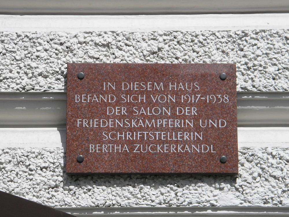 Gedenktafel für Bertha Zuckerkandl am Café Landtmann in Wien<small>© Wikimedia Commons / [Public Domain]</small>