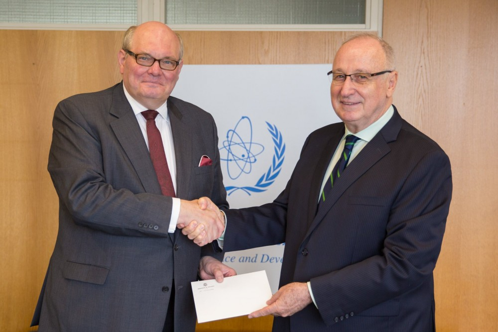 Ambassador Ghislain D'Hoop with Aldo Malavasi (IAEA)<small>© Embassy of Belgium in Vienna</small>