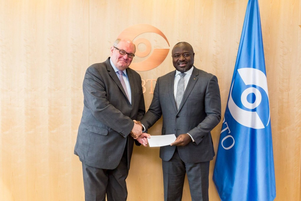 Ambassador Ghislain D'Hoop with Lassina Zerbo (CTBTO)<small>© Embassy of Belgium in Vienna</small>
