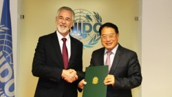 H.E. Mr. de Carvalho (left) and UNIDO's Director General LI Yong<small>© UNIDO</small>