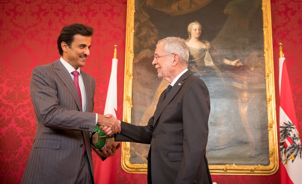 The Emir was received with military honours by Van der Bellen<small>© www.bundespraesident.at / Carina Karlovits & Daniel Trippolt/HBF</small>