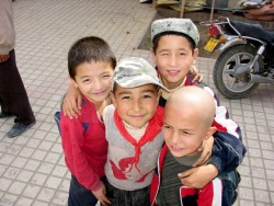 Uyghur Boys, Xinjiang, China<small>&copy Wikimedia Commons / Colegota [CC BY-SA 2.5 es]</small>