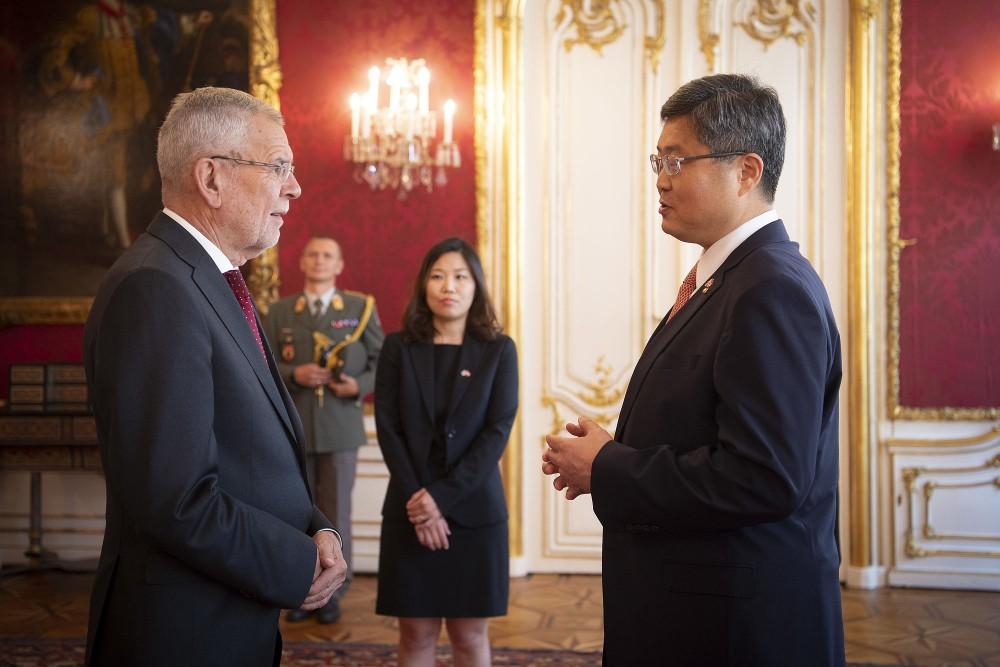 Ambassador of the Republic of Korea, Mr. Shin Chae-hyun.<small>© www.bundespraesident.at / Lisa Kapici and Carina Karlovits / HBF</small>
