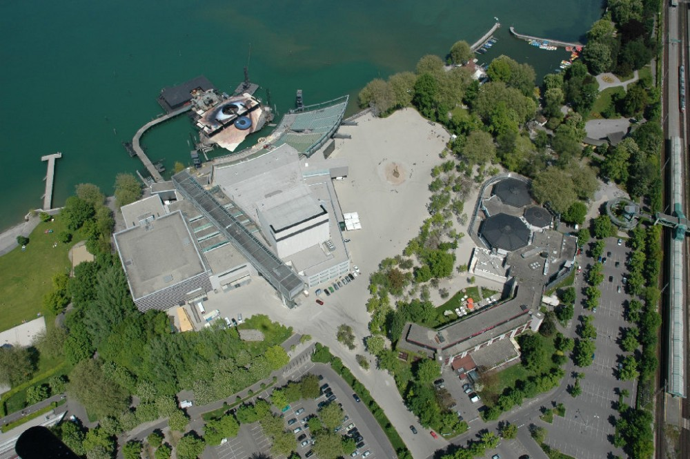 Lake stage and festival building of the Bregenz festival.<small>© Wikimedia Commons / LPK Vorarlberg [CC BY-SA 3.0]</small>