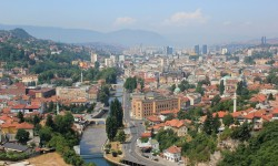 View from the east over the Bosnian capital Sarajevo.<small>© Wikimedia Commons / Julian Nitzsche [CC BY-SA 4.0]</small>