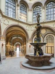 Palais Ferstel fountain and passageway<small>© Wikimedia Commons / Thomas Ledl [CC BY-SA 4.0]</small>
