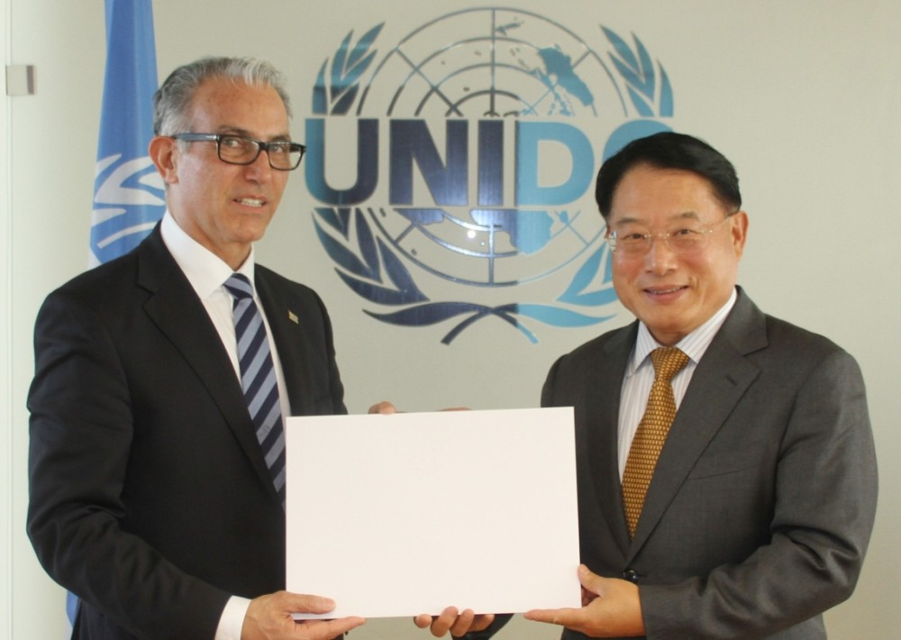 Juan Carlos Ojeda Viglione presented his credentials to Li Yong.<small>© UNIDOUNIDO United Nations Industrial Development Organization</small>