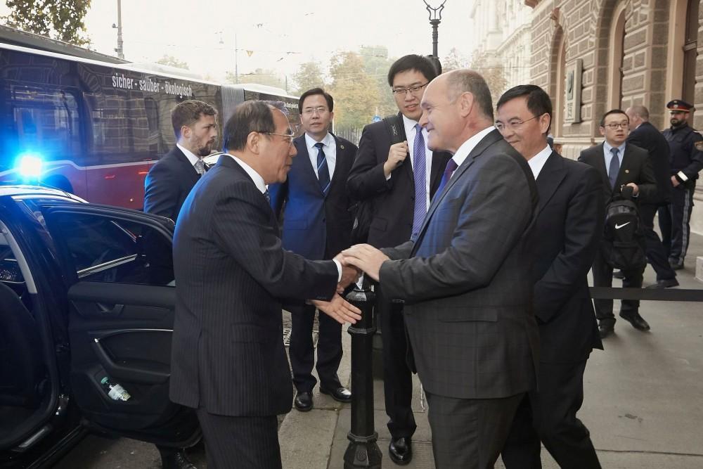 Yang Xiaodu (left) with Wolfgang Sobotka<small>© Parlamentsdirektion / Thomas Topf</small>