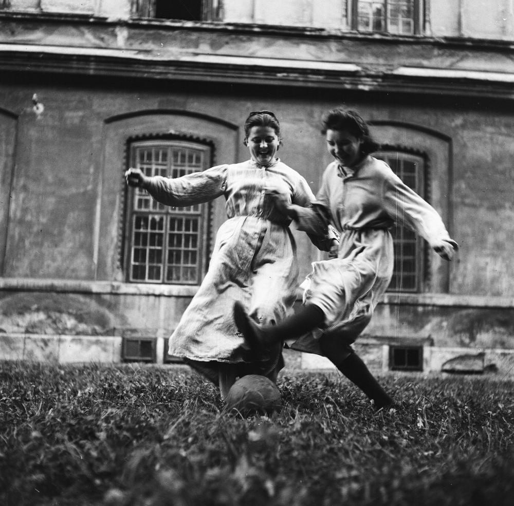 """Schwestern des Kinderheims """"Am Himmel"""" beim Fußballspiel. 1952<small>© Okamoto / ÖNB</small>"""