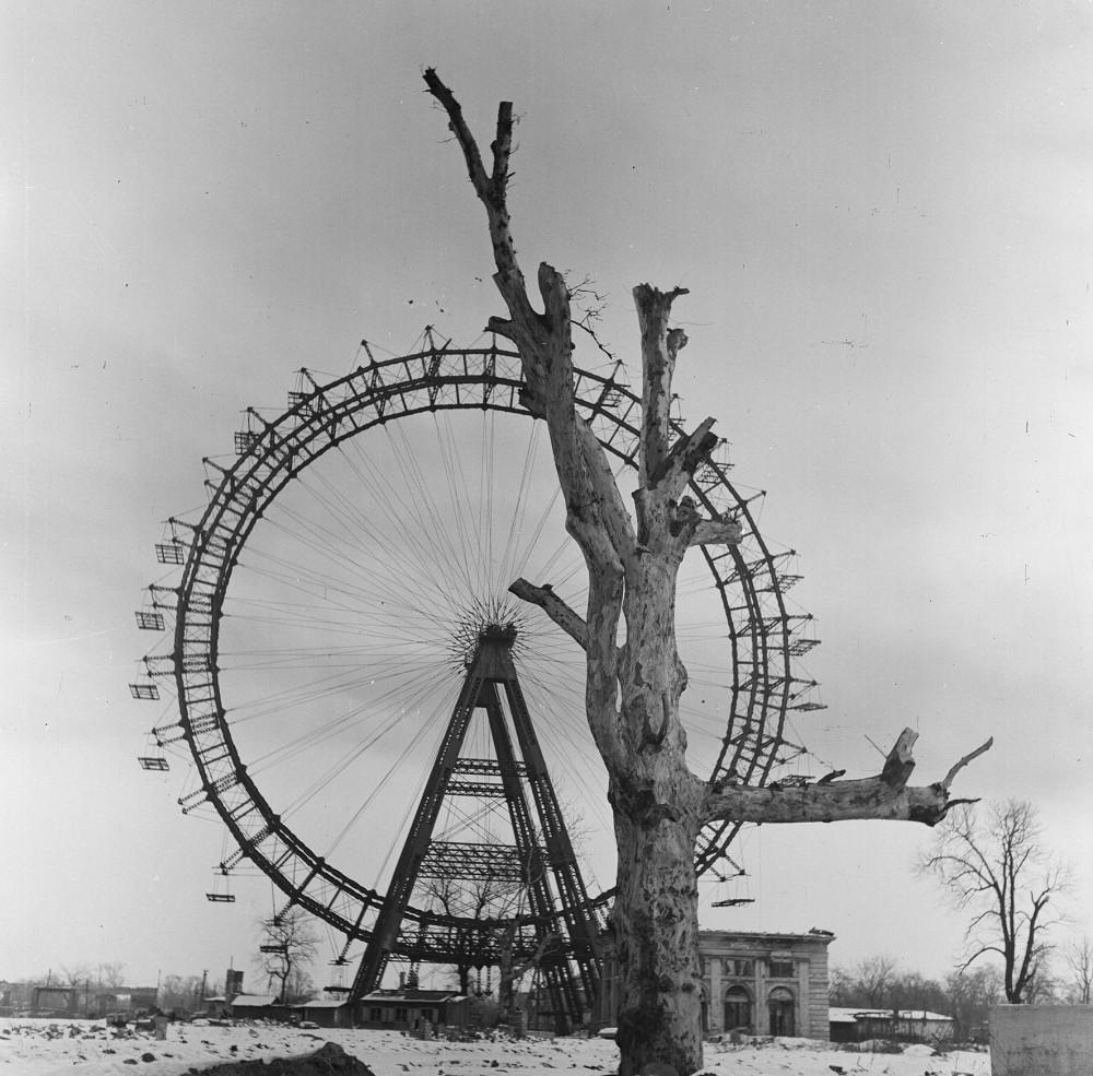 Das Wiener Riesenrad 1945.<small>© Okamoto / ÖNB</small>
