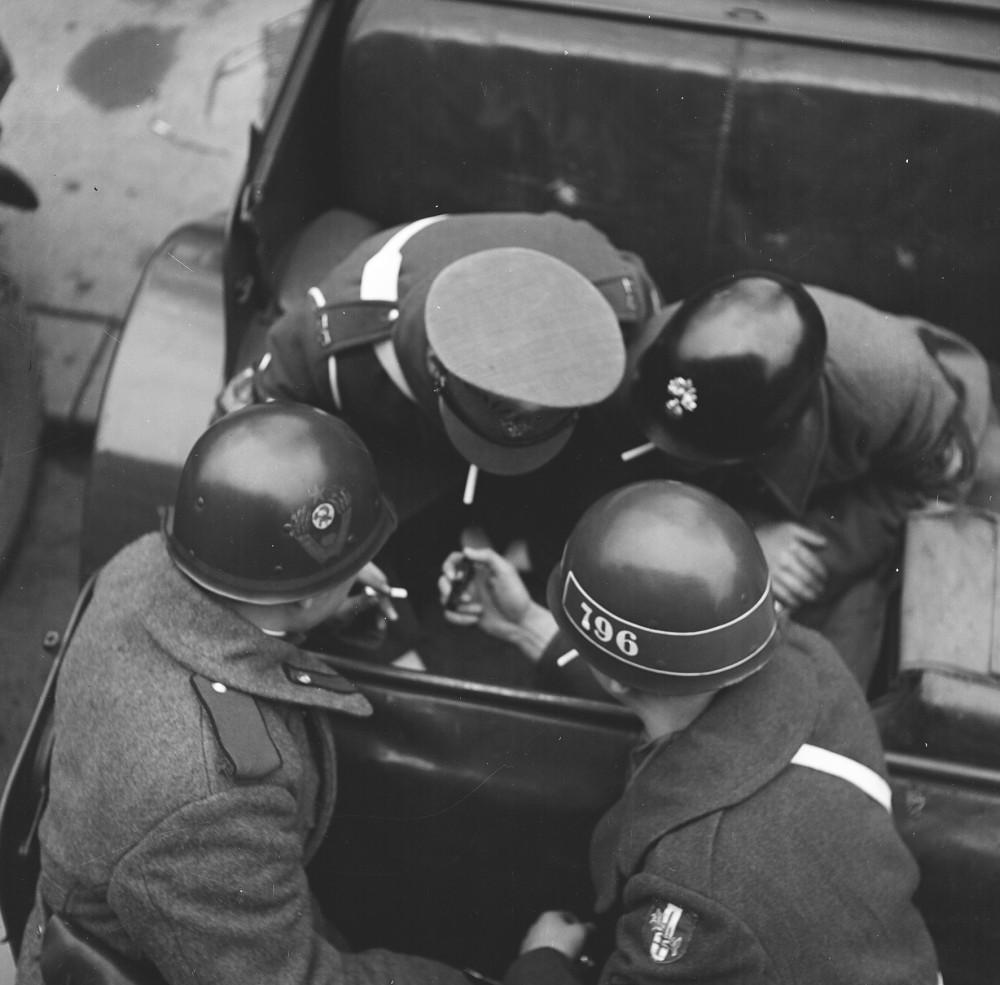 Alliierte Militärpolizei bei einer Zigarettenpause. Um 1950<small>© Okamoto / ÖNB</small>