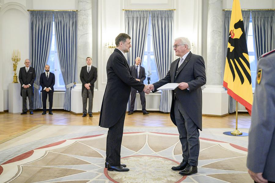 Mr. Labarrère presents his credentials to Mr. Steinmeier<small>© Deutsche Bundesregierung / Jesco Denzel</small>