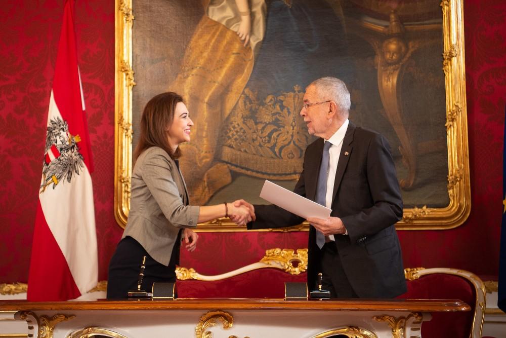 Dr. Alma Zadić and Dr. Alexander Van der Bellen<small>© bundespraesident.at / Carina Karlovits / HBF</small>