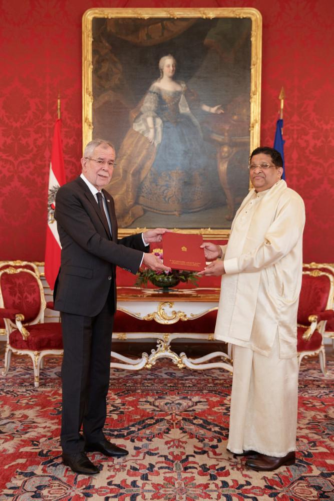 Ambassador of Sri Lanka, H.E. Mr. Majintha Jayesinghe.<small>© www.bundespraesident.at / Peter Lechner and Harald Minich / HBF</small>