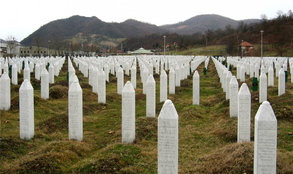 Gravestones at the Potočari genocide memorial near Srebrenica<small>© Wikimedia Commons / Michael Büker / CC BY-SA 3.0)</small>