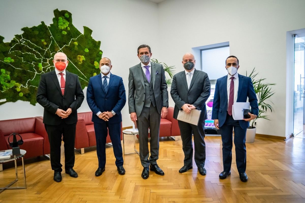 The AACC meets with City Councillor H.E. Peter Hanke (center) and the Ambassador of the UAE in Austria H.E. Ibrahim Almusharrakh (second from left).<small>© Austro-Arab Chamber of Commerce (AACC)</small>