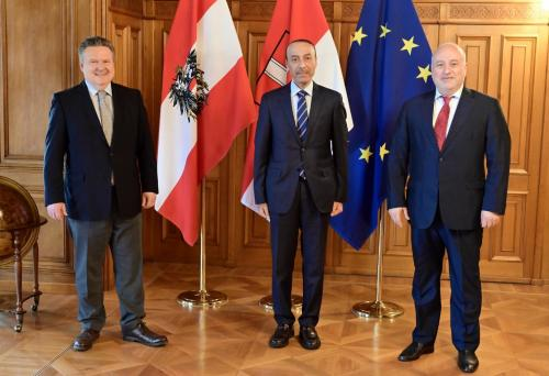 Ambassador of Qatar to Vienna, Sultan bin Salmeen Al-Mansouri (center), and Secretary-General of the Austro-Arab Chamber of Commerce (AACC), Mouddar Khouja (right), meet with Mayor of Vienna, Michael Ludwig (left).<small>© Magistrat der Stadt Wien / C.Jobst/PID</small>