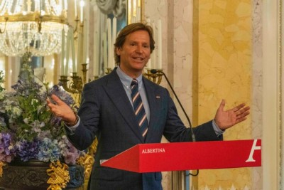 """Former U.S. Ambassador to Austria Trevor Traina at the opening of the """"American Photography"""" exhibition at the Albertina Museum.<small>© U.S. Embassy Vienna</small>"""