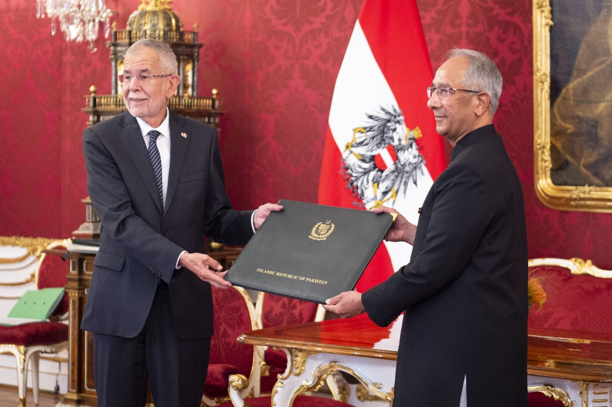 The Ambassador of the Islamic Republic of Pakistan to Austria, Mr. Aftab Ahmad Khokher (right), presents his credentials to the Federal President of Austria, Alexander Van der Bellen.<small>© www.bundespraesident.at / Peter Lechner / HBF and Lukas Hardt-Stremayr</small>