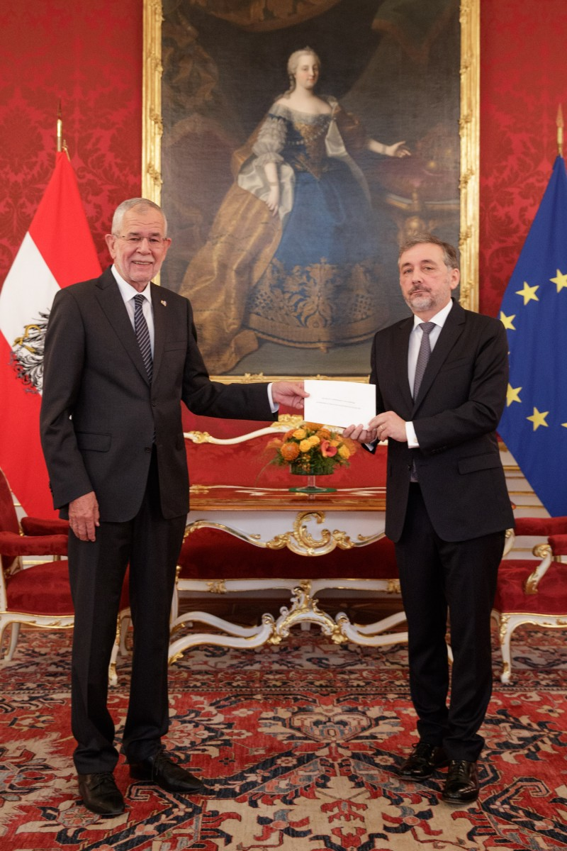 The Ambassador of the French Republic to Austria, Mr. Gilles Pécout (right), presents his credentials to Federal President of Austria, Alexander Van der Bellen.<small>© www.bundespraesident.at / Peter Lechner / HBF and Lukas Hardt-Stremayr</small>