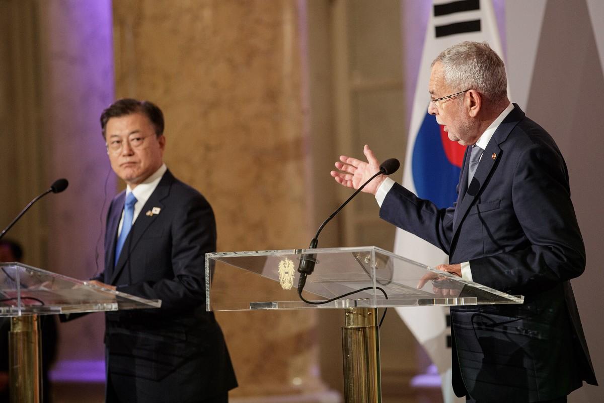 South Korean President Moon Jae-in (left) and Austrian President Alexander Van der Bellen (right) at a joint press conference following their meeting in Vienna.<small>© www.bundespraesident.at / Peter Lechner und Laura Heinschink / HBF</small>