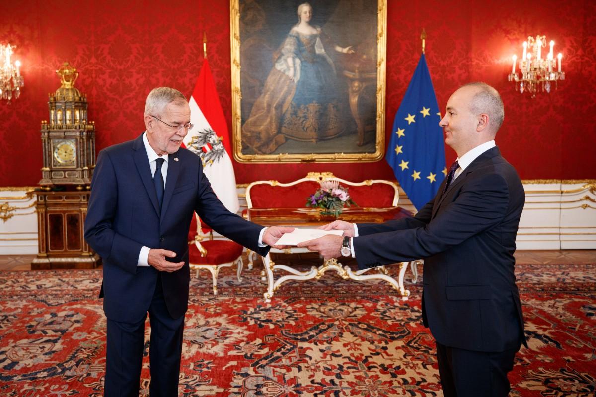 The new Ambassador of Azerbaijan to Austria, Rovshan Sadigbayli (right), presents his credentials to Austrian President, Alexander Van der Bellen (left).<small>© www.bundespraesident.at / Peter Lechner / HBF</small>