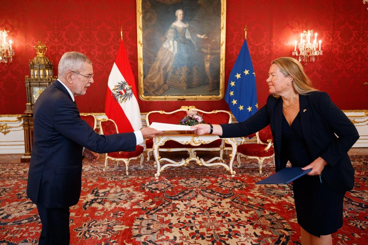 Annika Markovic, the new Ambassador of Sweden to Austria (right), presents her credentials to President of Austria Alexander Van der Bellen (left).<small>© www.bundespraesident.at / Peter Lechner / HBF</small>