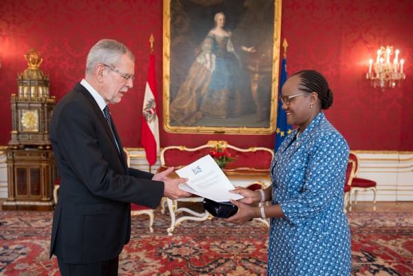 New Ambassador of the Republic of Botswana to Austria H.E. Ms. Athalia Lesiba Molokomme presenting Letter of Credence to Austrian Federal President Alexander Van der Bellen at the Imperial Palace in Vienna<small>© www.bundespraesident.at / Carina Karlovits / HBF</small>