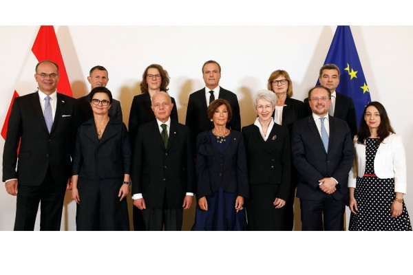 Austrian transitional government team consisting of six women and six men.<small>© Bundeskanzleramt (BKA) / Andy Wenzel</small>