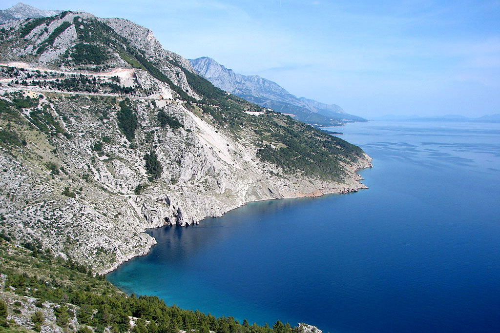 Vrulja, near Omiš. Just 50km south of Split, largest city in Dalmatia on Croatian side of the Adriatic sea is seated in between crystal clear sea and Biokovo mountain beautiful Makarska Riviera.<small>© Wikimedia Commons / Mike / CC BY (https://creativecommons.org/licenses/by/2.0)</small>