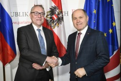 Dmitrij Ljubinskij, Ambassador of the Russian Federation to the Republic of Austria, with the President of the Austrian National Council (right).<small>© Parlamentsdirektion / Johannes Zinner</small>