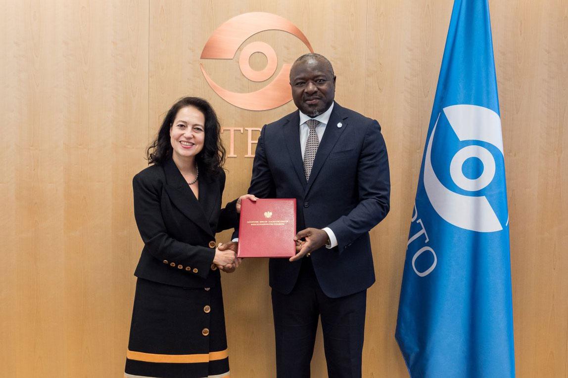 Dominika Krois of Poland (left) and Lassina Zerbo of the CTBTO.<small>© UNODC / CTBTO PrepCom</small>