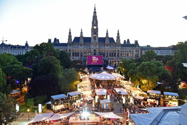 The programme at Vienna's Rathausplatz includes film recordings of concerts of classical music, operas and operettas, but also of ballets, musicals and jazz.<small>© stadt wien marketing gmbH / Film Festival auf dem Wiener Rathausplatz</small>