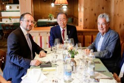 Ban Ki-moon (middle) with Alexander Schallenberg (left) and Heinz Fischer (right) at the European Forum Alpbach at the high-level retreat &quot;Promoting the SDGs in Europe&quot;.<small>© Bundeskanzleramt (BKA) / Andy Wenzel</small>