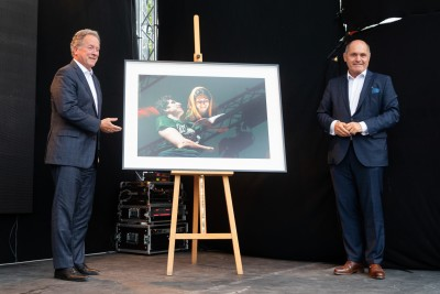 Austrian National Council President, Wolfgang Sobotka (right), and Nobel Peace Prize Laureate and Executive Director of the United Nations World Food Program, David Beasley (left), presented the winner of the 2020 Global Peace Photo Award.<small>© Parlamentsdirektion / Anna Rauchenberger</small>