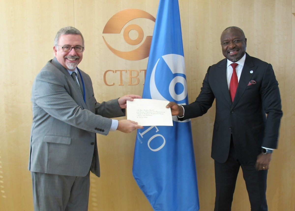 Gustavo Eduardo Ainchil (left) and Lassina Zerbo of the CTBTO PrepCom - Preparatory Commission for the Comprehensive Nuclear-Test-Ban Treaty Organization.<small>© UNOV United Nations Office at Vienna</small>