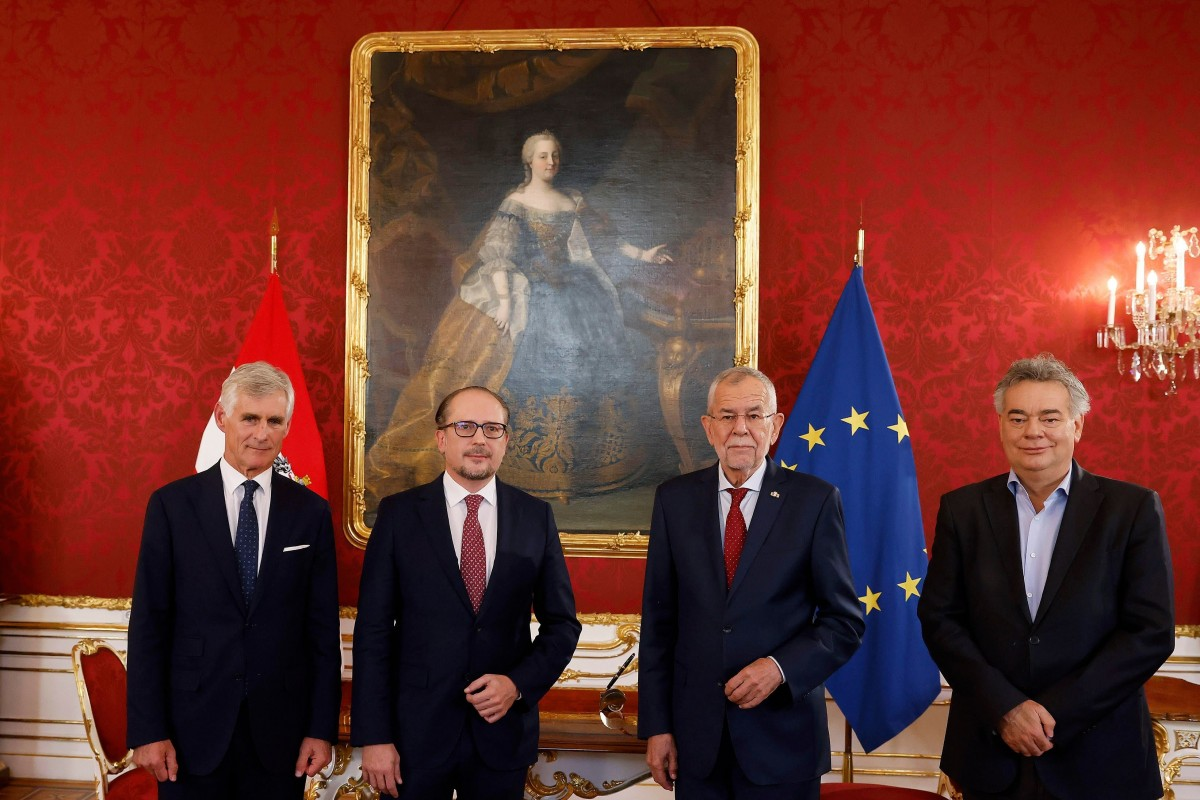 Austrian President Alexander Van der Bellen (mid-right) and Vice-Chancellor Werner Kogler (right) with the new Chancellor Alexander Schallenberg (mid-left) and new Foreign Minister Michael Linhart (left) at their inauguration ceremony.<small>© Bundeskanzleramt (BKA) / Dragan Tatic</small>