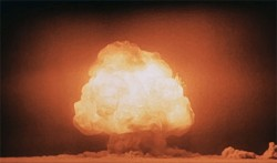 Mushroom cloud of atomic  bomb<small>© Wikimedia Commons / United States Department of Energy [Public Domain]</small>