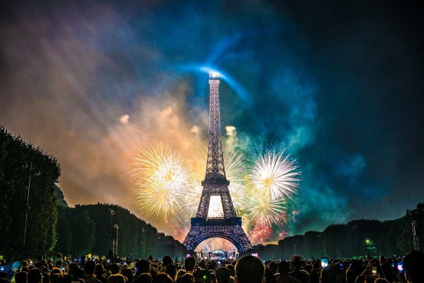 Bastille Day: Fireworks at the Tour Eiffel in Paris, seen from the Champ de Mars.<small>© Wikimedia Commons / Yann Caradec from Paris, France [CC BY-SA 2.0 (https://creativecommons.org/licenses/by-sa/2.0)]</small>