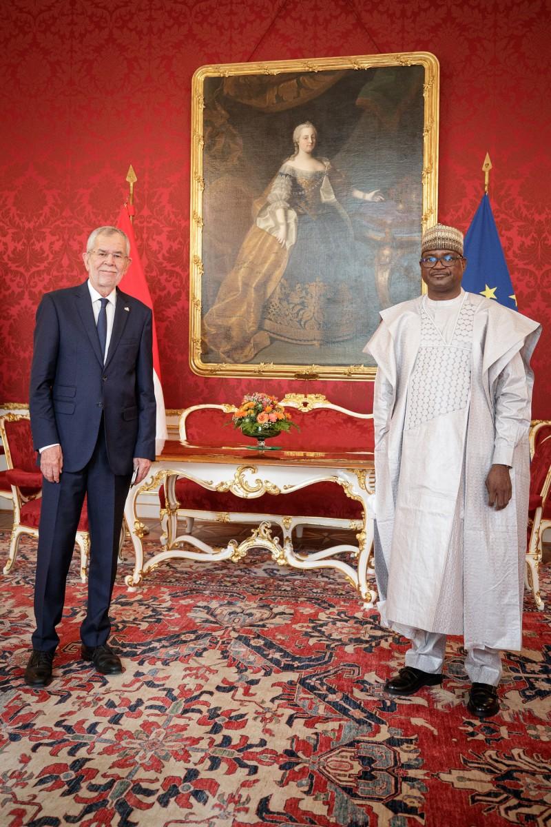 Ambassador of Niger to Austria, Mr. Laouali Labo (right), presents his credentials to President of Austria, Alexander Van der Bellen (left).<small>© www.bundespraesident.at / Peter Lechner / HBF and Lukas Hardt-Stremayr</small>