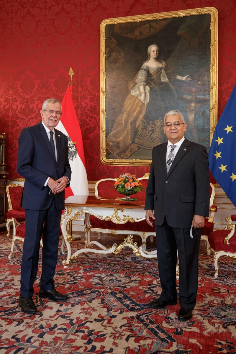 Ambassador of Panama to Austria, Mr. Dario Ernesto Chiru Ochoa (right), presents his credentials to President of Austria, Alexander Van der Bellen (left).<small>© www.bundespraesident.at / Peter Lechner / HBF and Lukas Hardt-Stremayr</small>