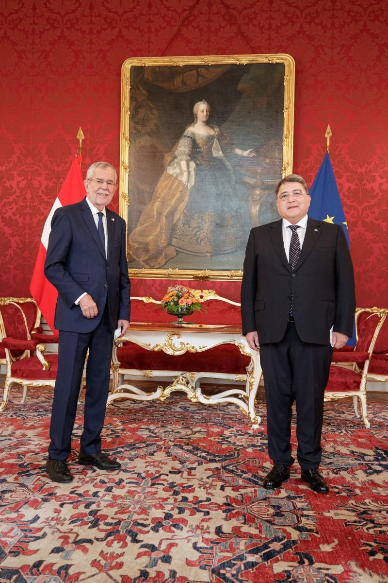 Ambassador of Romania to Austria, Mr. Emilian Horațiu Hurezeanu (right), presents his credentials to President of Austria, Alexander Van der Bellen (left).<small>© www.bundespraesident.at / Peter Lechner / HBF and Lukas Hardt-Stremayr</small>