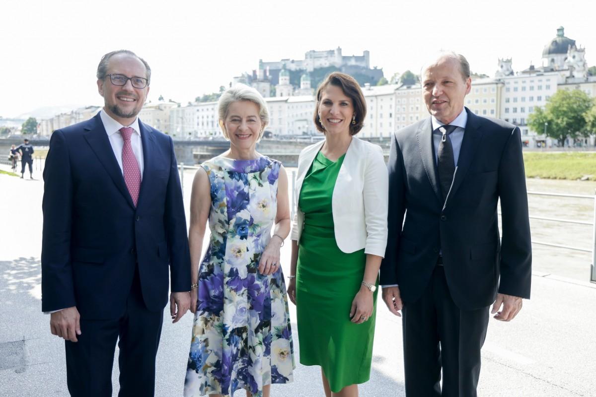 EU Commission President Ursula von der Leyen (mid-left) meets with Austrian Foreign Minister Alexander Schallenberg (left) and Austrian Federal Minister for the EU Karoline Edtstadler (mid-right).<small>© Bundeskanzleramt (BKA) / Andy Wenzel</small>