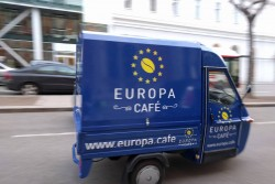 In Austria people say: &quot;Durchs Reden kommen d'Leut zam&quot; (People come together by chatting). And with a stimulating, freshly prepared coffee in a relaxed atmosphere, chatting is twice as good.<small>&copy Europa Café - Europäisches Bildungsinstitut / Dr. Nana Walzer</small>