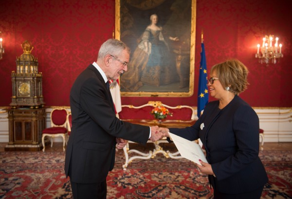 New Ambassador of the Republic of Angola to Austria H.E. Ms. Teodolinda Rosa Rodrigues Coelho presenting Letter of Credence to Austrian Federal President Alexander Van der Bellen at the Imperial Palace in Vienna<small>© www.bundespraesident.at / Carina Karlovits / HBF</small>