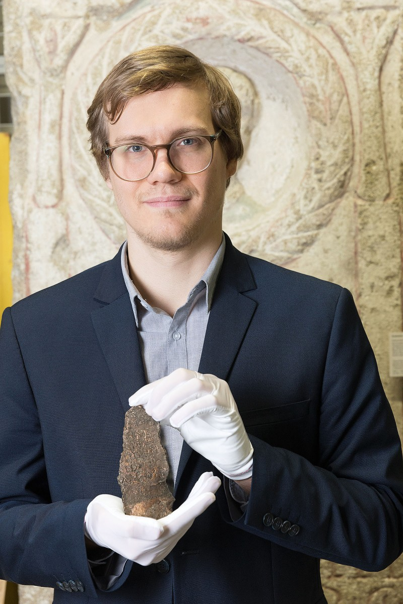 The historian Niklas Rafetseder has now been able to prove that the bronze plaque from the Wien Museum's depot is the fragment of the Roman town charter of Vindobona.<small>© Wien Museum / Lisa Rastl</small>
