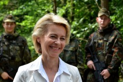 Ursula von der Leyen receives Johannes Hahn proposed by the Austrian side.<small>&copy Wikipoedia / Dirk Vorderstraße</small>