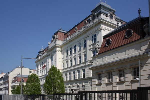 US Embassy in Austria, Boltzmanngasse 16, 1090 Vienna<small>© Wikimedia Commons / Bwag [CC BY-SA 3.0 (https://creativecommons.org/licenses/by-sa/3.0)]</small>