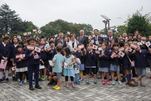 Alexander Van der Bellen was received in Yanaka's Old Town by a group of students waving Japanese and Austrian flags.<small>© Österreichische Präsidentschaftskanzlei / Peter Lechner/HBF</small>